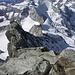 Blick vom Gipfel zu Kanzel, dessen Vorturm und den Grat. Überall auf dem Grat sind Alpinisten zu erkenne. <br />In der Bildmitte fällt der Grat nach rechts und abwärts.