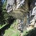 ... unter dessen mächtiger Südwand durch zum waldigen Aufstieg
