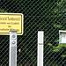 diese Schilder stehen im Umkreis von etwa 200m um den Turm auf allen Wegen