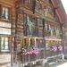 schönes altes Holzhaus am Weg