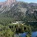 Im Aufstieg auf dem Horse Creek Trail - Rückblick zu den Twin Lakes, hier der westliche. Dort befindet das Mono Village Resort und der Ausgangspunkt unserer Wanderung. Im Hintergrund ist der Robinson Peak zu sehen.