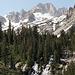 Im Aufstieg auf dem Horse Creek Trail - Blick zu The Dragtooth (oben mittig) und Matterhorn Peak (links daneben). Unten ist ein Wasserfall des Horse Creek zu sehen.