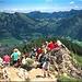 viel Andrang am felsigen Gipfel - rechts der Iseler