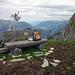Gipfel Tschingel, Das Gipfel kreuz wurde vom Wind zu Boden gedrückt, das Bänklein war zwar hübsch, aber eher windig…
