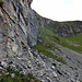 Hier schnell durch, der Pfad geht direkt am Fels Fuss durch, es sieht aus als ob da ab und zu etwas herunter kommt...