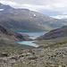 Tief unter uns erblicken wir das Tagesziel, die norwegische Sorjus-Hütte