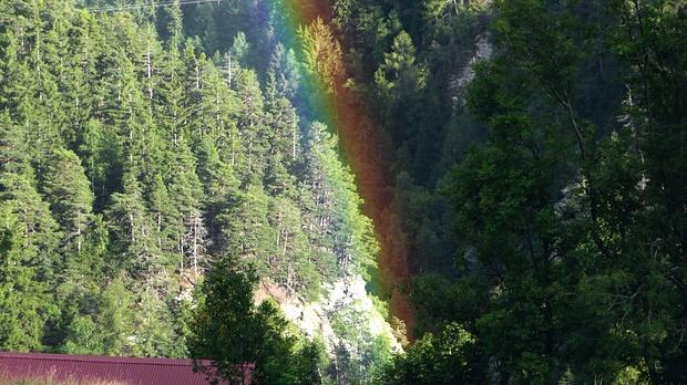 Regenbogen III: Immer wieder faszinierend, wie der Regenbogen die Landschaft in eine dunkle und eine helle Seite teilt!