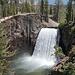 Rainbow Falls - Blick vom etwas tiefer liegenden Aussichtpunkt auf den Wasserfall. Von hier aus können wir den Regenbogen zwar nicht erkennen, trotzdem ist der über 30 m hohe Wasserfall auch so sehenswert.