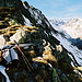 Auf der Geländeecke am Beginn des Moostock Südostgrates geht der Blick ins Chelenalptal.
