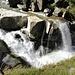 wild, wie hier die Reuss (noch) über mächtige Granitblöcke hinabstürzt