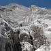 Aufstieg durch die Schlucht: oben rechts der Pfeiler, links der N-Gipfel (24.9.2005)