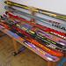 eine künstlerische Art, alte Skier zu entsorgen - Bankkunst im Gasthof Rössle