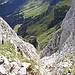 Blick aus der Rinne zur Lechaschauer Alm (viel Betrieb)
