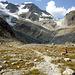 Anmarsch zur westlichen Gletscherzunge. Links in den schattigen Felsen beginnt der Klettersteig zur Tierberglihütte.