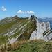 Am Gipfel, im Vordergrund der Grat zum Glattchamm und hinten der Selun.