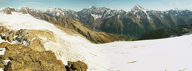 Lötschental-Panorama vom Birghorn. Unten zieht sich das Eis vom Petersgrat (links) bis zum Tellingletscher nach rechts durch das Bild.