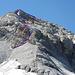 Rot der Aufstieg, blau der Abstieg. Die Kette ist oben vom Grat her ganz links angebracht.
