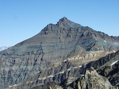 Vom Grat hat man nun einen prächtigen Ausblick zur mächtigen Grivola (3996 m).