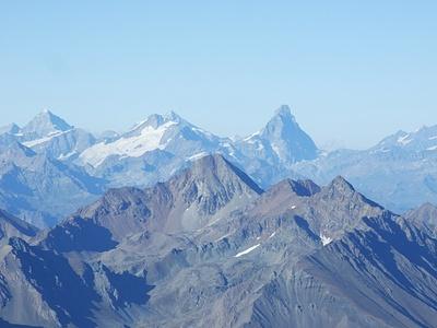 Im Hintergrund die Walliser Prominenz, gesehen aus dem Mittelteil des Herbetet-Ostgrats.