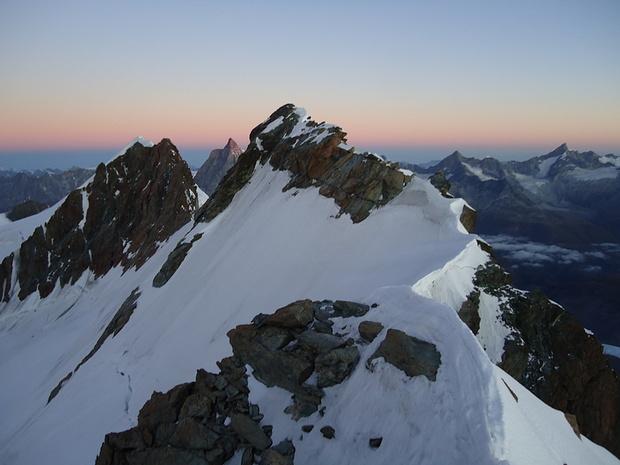 In der Kimme zischen Breithorn Mittelgipfel und Zwilling West, das Matterhorn