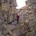 Ausgesetzte Querung auf einem fussbreiten Felsband in der Scharte zwischen den beiden Gipfeln des Piz Ela.