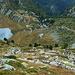 """Discesa verso il Lac du Glacier. Dal sentiero stanno salendo i concorrenti del """"Tor des Geants"""" ultramaratona podistica alpina di 330km e 25.000m di dislivello"""