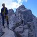 Unglaublicher NW-Grat! Man geht ganz oben auf einem zerfallenden First aus Dolomit-Platten. Ausgesetzt = Freiheit pur!