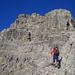 Fabi im Anstieg auf dem angenehmen Felsband gegen den Gipfelaufbau des Corn da Tinizong.