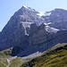 Das Tagesziel Rotstock-Klettersteig in Sicht - von hier aus macht er richtig was her. Der Zustieg erfolgt über das schmale, dunkle Band von rechts 'scheinbar abwärts' nach links zu dem ganz dunklen Schatten unterhalb der Eigerwand.