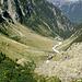 Die erste halbe Stunde des (Schnell-)Anstiegs im Rückblick. Die Bergstation der Triftbahn ist in der Vergrößerung des Bildes auf der rechten Talflanke Knapp rechts über der Flusseinfassung) zu erkennen. <br />Die restlichen Gondelmitfahrer befinden sich alle -deutlich abgehängt- links in am Beginn der Buschzone.