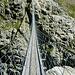 Eine erste ingenieursmäßige Analyse ergibt: da muss den Schweizern ein Fehler unterlaufen sein. Jede noch so kleine Berg-/Pass-/Almstrasse hat Ausweichbuchten bei Gegenverkehr - hier allerdings Fehlanzeige!!<br />Hier hängt man bei Gegenverkehr sprichwörtlich in den Seilen.<br />;-)  nix füa unguat.