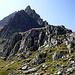Das Kleine Windegghorn - Anstieg geht links herum über den Grashang- hat sich letztendlich als NICHT-hundegerecht erwiesen. Nach erfolglosem Versuch habe ich mich mit dem bequemen Buckel im Vordergrund begnügt (ca. 2300m).