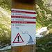 Ein Schild aus dem vorigen Jahrhundert - wahrscheinlich stehen gelassen, um die Touris in Angst und Schrecken zu versetzen...Also ich habe am 22.08.2011 17:14h keinen Gletscher mehr gesehen, der derartige Springfluten erzeugen kann.