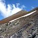 Den Gipfel im Blick. Deutlich erkennbar ist die von links nach rechts verlaufende Grenze zwischen grauem und rötlichen Gestein