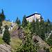 Das Gimpelhaus trohnt wie eine Burg auf einer Klippe über dem Tannheimer Tal