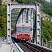 die Zentralbahn (ehemals Brünigbahn) braust über die Brücke nach Interlaken