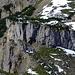 Die Steilstufe herangezoomt, rechts der Bildmitte ist bereits der Durchschlupf zu erkennen - wo der Schnee an den Schatten heranreicht.