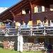 Tafeln auf der Terrasse der Hütte auf 1800 m