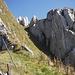 Vom Maschenzaun durch die sonnige Südflanke in die schattige Rinne und hinauf zu den Gipfelfelsen.