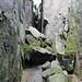 Unterwegs auf Szczeliniec Wielki (Große Heuscheuer) - Diabelska Kuchnia (Teufels Küche). Über die Felsen am oberen Bildrand führte zuvor der Weg, anschließend sind wir über Treppen in einem schmalen Felstunnel abgestiegen - so kommt man also tatsächlich in Teufels Küche ;-).