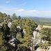 """Unterwegs auf Szczeliniec Wielki (Große Heuscheuer) - Blick vom Aussichtspunkt (vermutlich """"Niebo""""? - Himmel) in Richtung Broumovské stěny (Falkengebirge/Braunauer Wände) in Tschechien."""