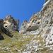 Im obersten Abschnitt des gut markierten Wanderwegs zum Drachenloch umgibt den Wanderer ein eindrückliches Felsambiente rund um den isolierten Turm, der dem Drachenberg westlich vorgelagert ist