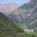 Weiter hinten im Tal sieht man das Dorf Kartaus