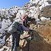 """Mit einfacher Kletterei im Grad I geht es zum """"Paso de la Muerte"""" hinunter. Der Name ist ab hier Programm: Hier sterben oft Menschen weil sie schlecht ausgerüstet unterwegs sind. Feste Schuhe, bei Eis mit Steigeisen, und Helm sind Pflicht! Laut Bergführer ein Problem weil der Iliniza Norte oft als einfacher Trekking-5000er angepriesen wird, aber die Bedingungen nur wenige Tage im Jahr gut genug zum Trekken sind. Aber auch dann: NUR mit Helm und guten Schuhen!"""