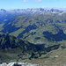 Nochmals Lechquellengebirge in der Totale. In diesem Tal führte der Anstiegsweg herauf - unten erkennt man die Tälialpe (leuchtendes Dach).