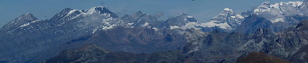Panorama Berner Alpen vom Pointe du Tsaté. Von links Rinderhorn, Altels, Balmhorn, Doldenhorn, Blümlisalp, Tschingelhorn, Lauterbrunner Breithorn, Jungfrau