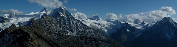 Panorama vom Pointe du Tsaté zu den eisgefüllten Talschlüssen der Walliser Alpen. Von links: Glacier de Moiry, Glacier de Ferpècle, Glacier du Mont Miné. Dazu die Vier- und Dreitausender von der Wellenkuppe bis zum Dent de Perroc.