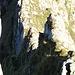 Schaurig ausgesetzte Umgehung der felsigen Schichtköpfe auf dem Gamschopf-Ostgrat. Der Aufstieg zur Scharte erfolgt vom dunklen Rasenband im linken unteren Bilddrittel
