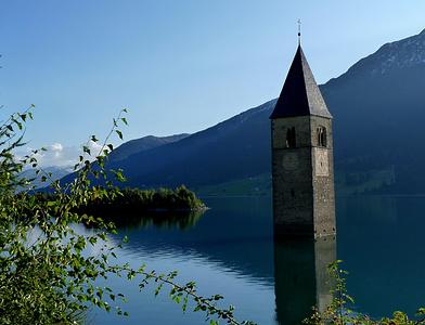 Der Kirchturm von Alt-Graun, das einzige Gebäude das bei der Flutung des Reschensees nicht abgerissen wurde.<br />Bizarr wenn man davor steht...