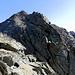 Filo di cresta, qui il passaggio più delicato, seguendo un ometto passeremo tra le rocce a destra, per accorgerci poi che un sentierino scendeva (e molto) per aggirare lo sperone roccioso dal basso